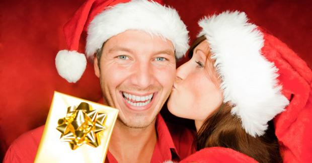 christmas_couple_present_smiling