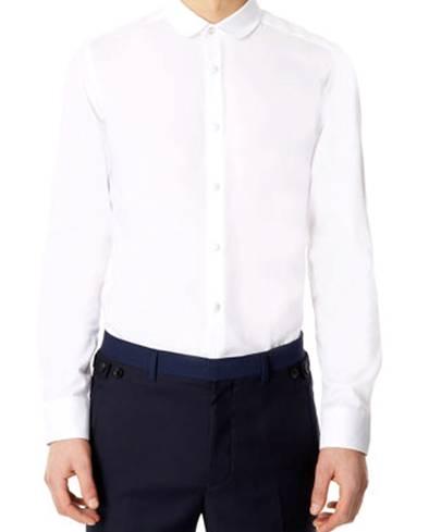 La chemise est ici cintrée comme il faut.