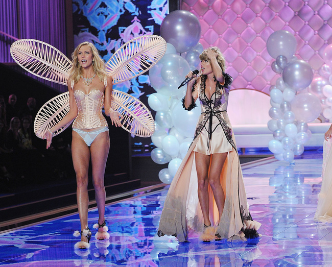 Victoria S Secret Fashion Show  Retransmission
