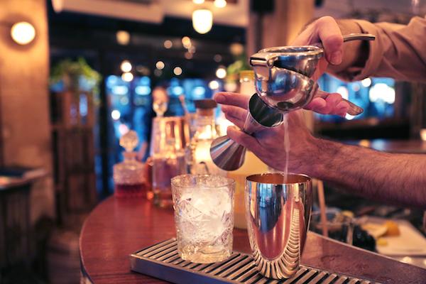 Spicy Home Paris bar à cocktails verse
