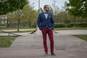Comment porter un pantalon rouge homme noeud pap