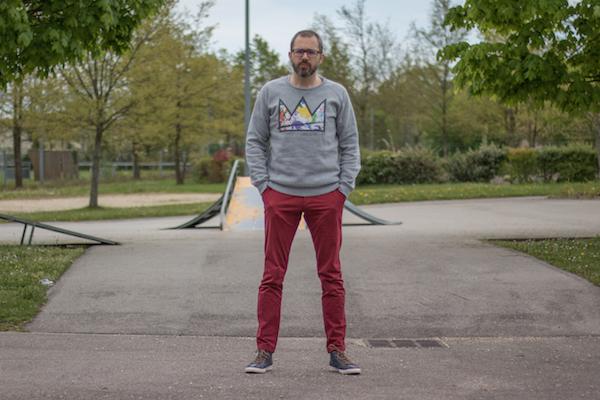 Comment porter un pantalon rouge homme urbain