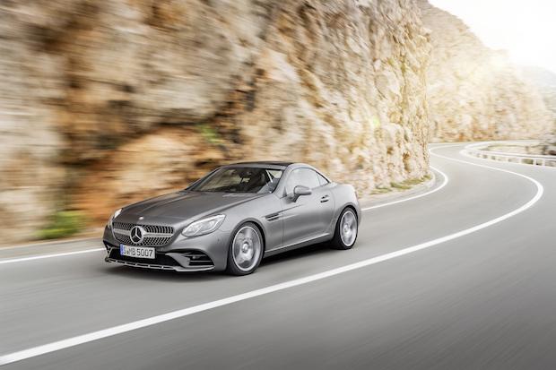 Mercedes-Benz SLC 300; Exterieur: designo cerrusitgrau magno, AMG Line; Interieur: bengalrot/schwarz; Kraftstoffverbrauch kombiniert (l/100 km): 5,8, CO2-Emissionen kombiniert (g/km): 134