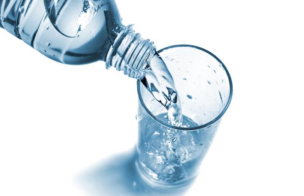 Boire un verre d'eau fraiche
