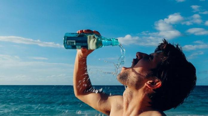 comment-paraitre-plus-jeune-boire-beaucoup-eau