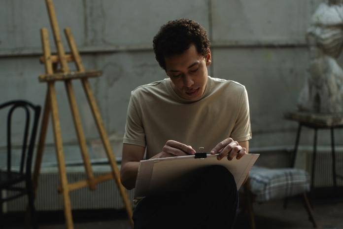 occupation maison confinement coronavirus activite homme apprendre dessin peinture ar