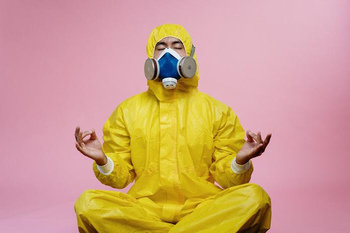 occupation maison confinement coronavirus activite homme meditation lecture zen