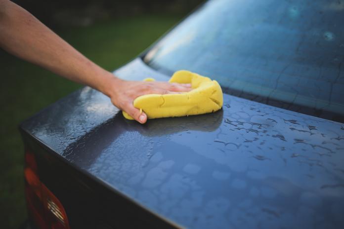 occupation maison confinement coronavirus activite homme nettoyer vehicule voiture nattoyant propreté