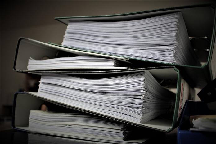 occupation maison confinement coronavirus activite homme ranger document rangement administratif
