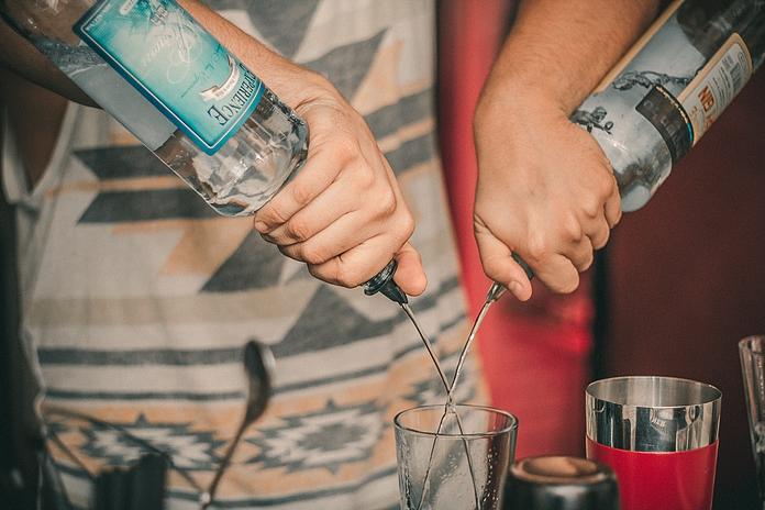 accessoire cadeau amoureux adorateur alcool service materiel bec verseur renverse porte bouteilles aerateur