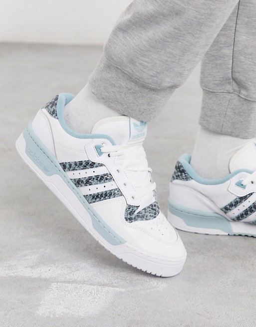 look style mode homme 2020 ete outfit tenue idee vetement chaussure basket blanc bleu adidas original rivalry asos