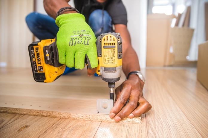outil bricolage bricoler indispensable materiel peinture travaux debutant pas cher perceuse visseuse malette outils peinture