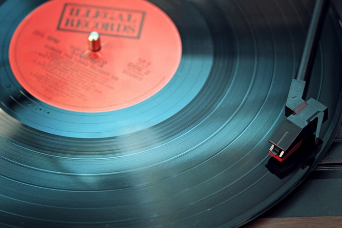 idee cadeau retro vintage accessoire decoration vetement bijoux montre a gousset metal machine a ecrire clavier ordinateur appareil photo argentique polaroid tourne disque