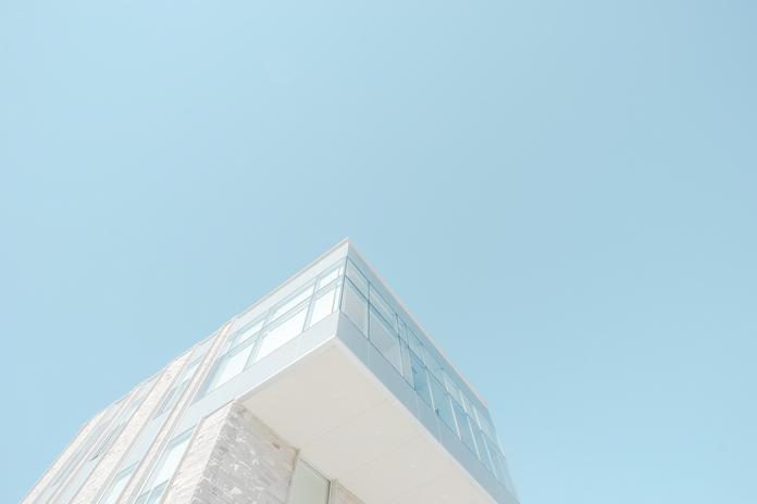 decoration urbaine ville moderne design epure blanc siege fauteuil table cheminee