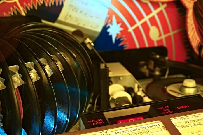 jukebox lecteur vinyle gramophone tourne disque usb bluetooth moderne retro vintage pas cher accessoire musique