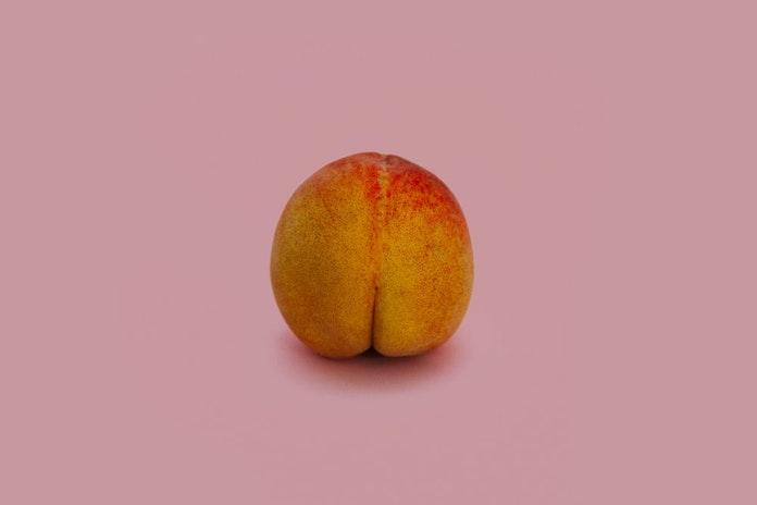 bouton sur les fesses femme homme