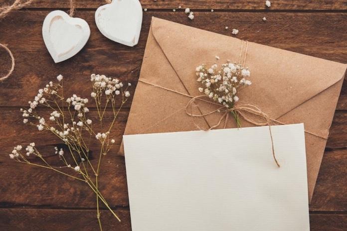 Une feuille et une enveloppe en papier