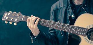 Un homme avec une guitare