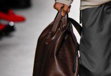 Homme avec un sac en cuir 2