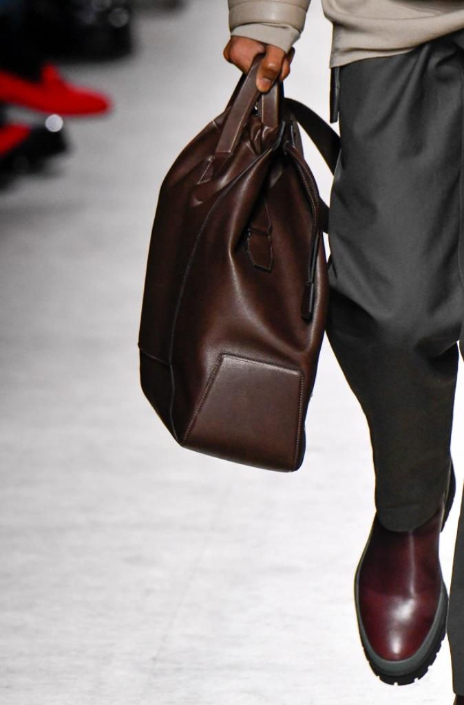 Homme avec un sac en cuir