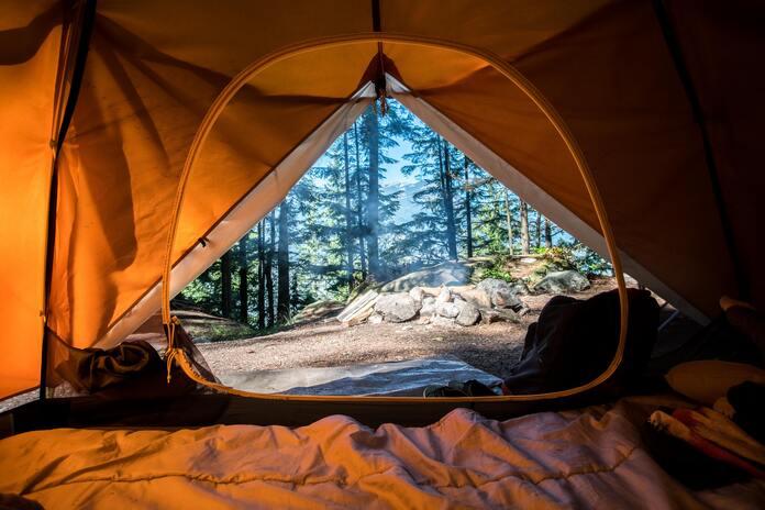 accessoires-indispensables-passer-vacances-camping-tente-matelas-gonflable
