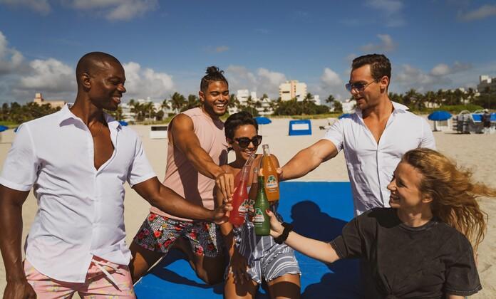 s'occuper sur la plage groupe amis