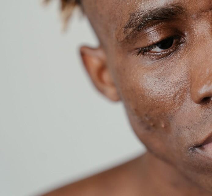 peau noire homme gommage